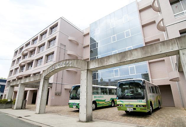 中央高等学校外観。校舎は、本館はじめ1号館から4号館まである 中央高等学校外観。校舎は、本館はじ