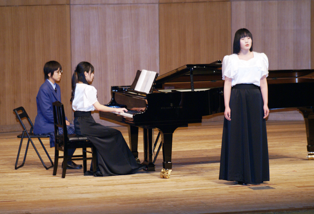 左から筒井志歩さん、木下彩花さん、三浦のぞみさん 8つのパーカッションを... 旅立ちの演奏に聴