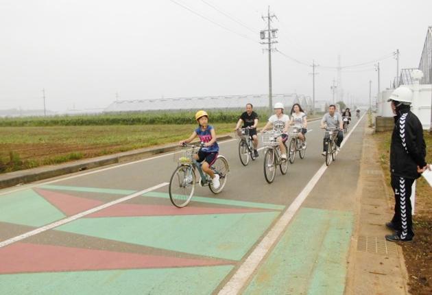 自転車で避難訓練する参加者
