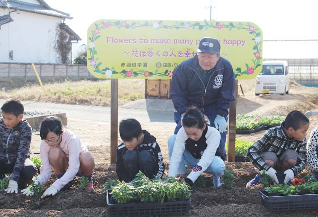 花を植える児童ら