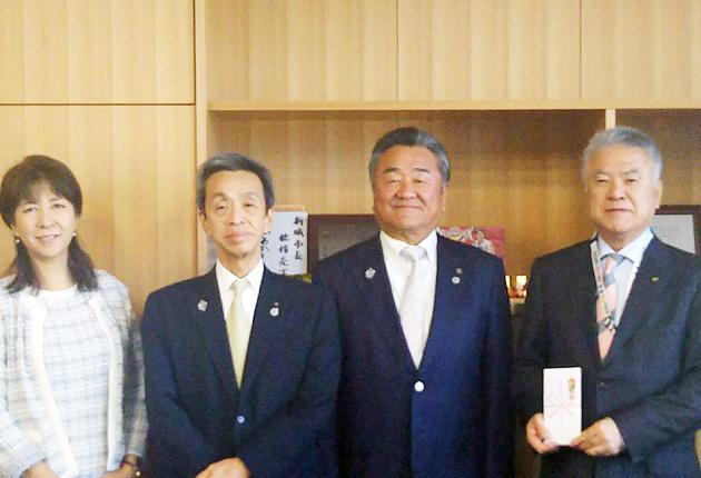 竹内会長(右から2人目)が義援金を手渡した