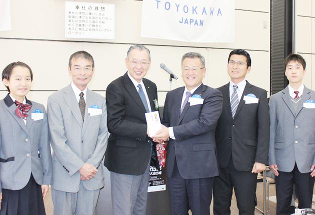 相馬校長に激励金を手渡す藤野会長(左から3人目)