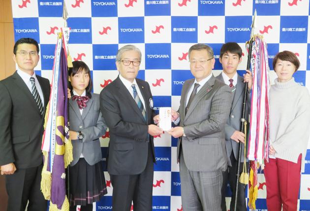 相馬校長に激励金を手渡す柴田会長(左から3人目)