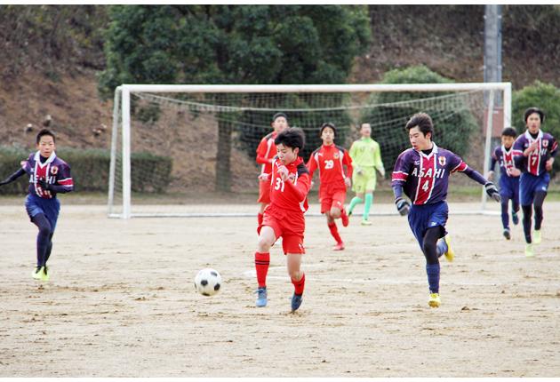 選手たちがゴールを目指し熱戦を繰り広げた(新城市ふれあいパークほうらいで)
