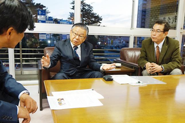 提言内容を説明する伊藤会長�(豊川市役所で)