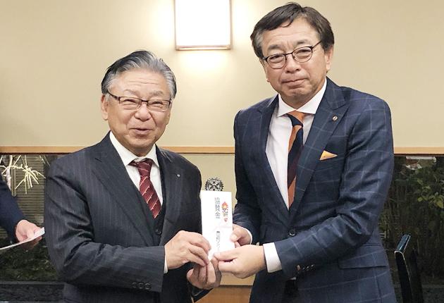 寄付した豊川宝飯RCの伊藤会長�と、小野会長