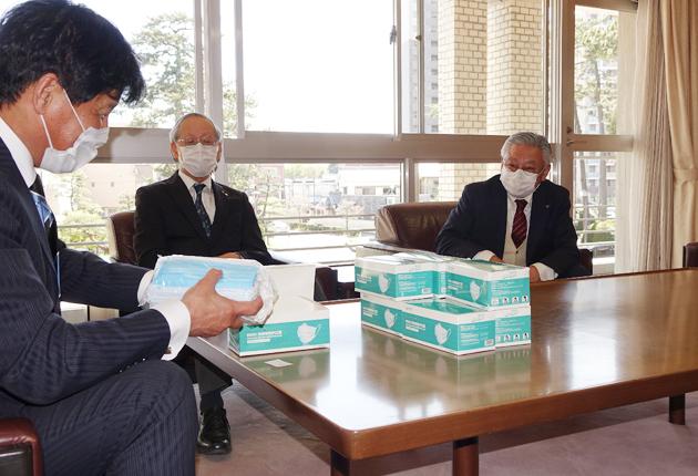 左からマスクの寄付に感謝する竹本市長、寄付した川合会長、伊藤会長