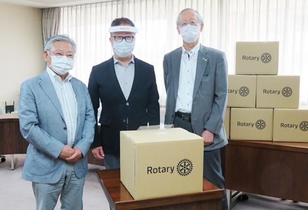 左から、豊川宝飯RCの伊藤会長、医師会の小澤会長、豊川RCの川合会長