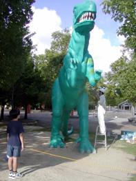 東三河の家造り「住蔵」 豊橋市自然史博物館が実物大恐竜模型「メガロサウルス(体長約9メートル)」